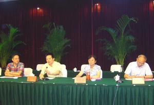 县委常委、常务副县长夏建军在县纺织服装行业协会第二届全体代表大会上讲话(左二)