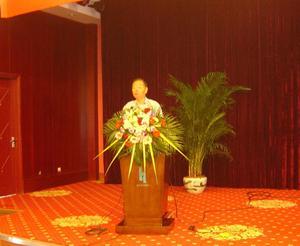 省纺织工业协会会长章友鹤先生在研讨会上作交流发言。