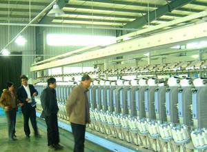涂章土会长视察纺纱生产线。